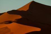 Ostatnie spojrzenie na piękne wydmy Sossusvlei na których światło i cień walczą o palmę pierwszeństwa...