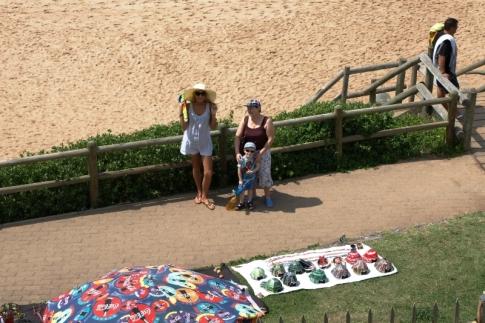 Widok na plażę i promenadę z naszego trawnika -