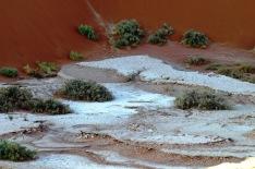Warstwy soli są dalej widoczne na powierzchni