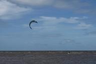 Kiting na plaży na obżerzach Maputo