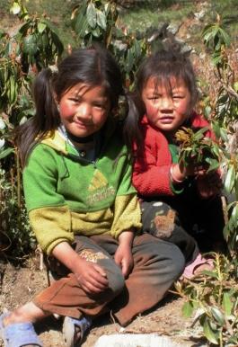 Napotkane po drodze dzieci chetnie pozuja do zdjec, tutejsi mieszkancy maja wyrazne tybetanskie rysy
