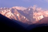Zachod slonca w Himalajach, w wiosce jest juz ciemno ale szczyty wciaz oswietla slonce