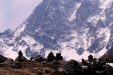 Kopce upamietajace zagonionych w gorach himalaistow.