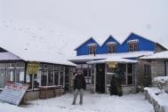 Po trekkingu do EBC bardzo zle sie czuje. Ide prosto do lozka, ale na tej wysokosci nie spie dobrze. Poranek wita nas sniegiem...