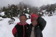 Dzieci bawia sie w sniegu