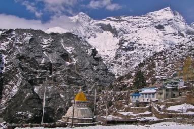Pokryta warstwa sniegu wioska wyglada zupelnie inaczej niz przed kilkoma dniami.